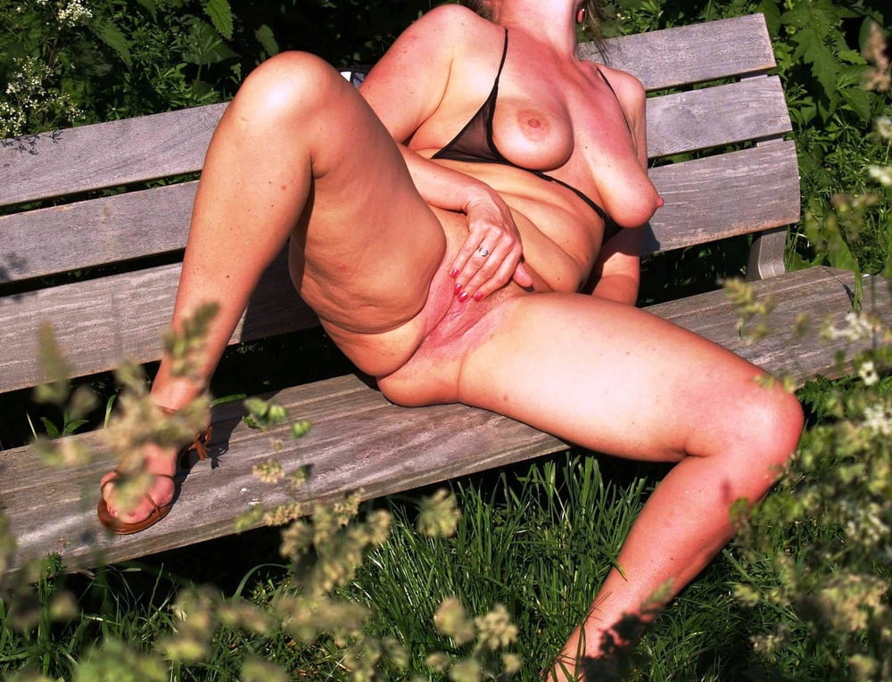 XXX Mature Outdoor Pussy Naked Photo