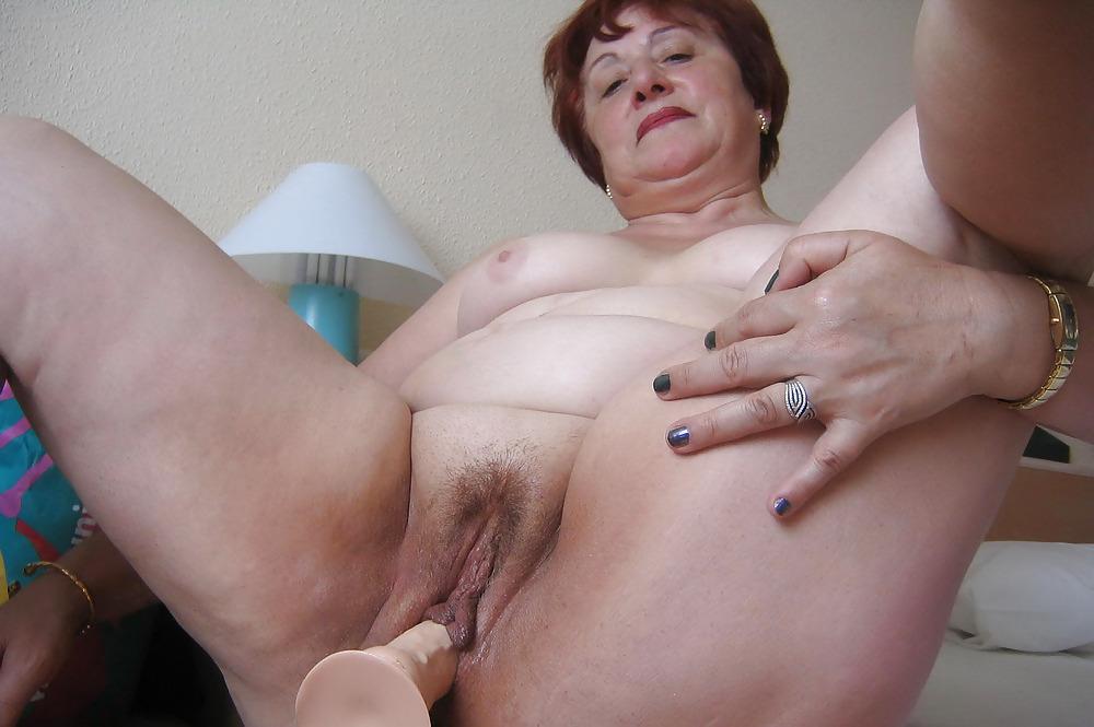 Негритянка толстая старая женщина мастурбирует порно белых носочках белых