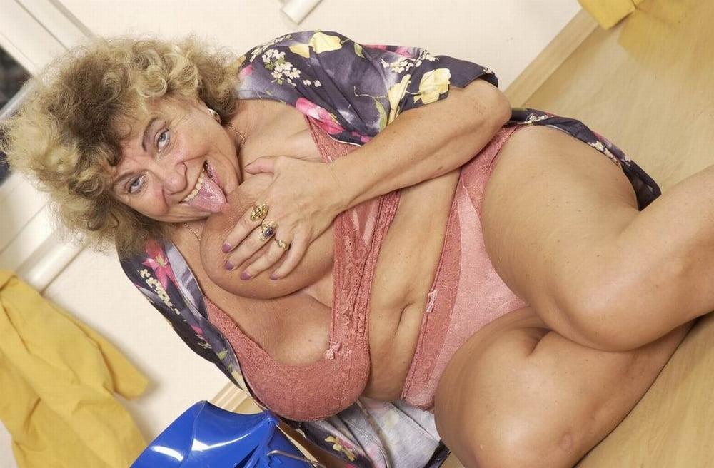Жирные старые развратные женщины, красивой брюнетки раб лижет