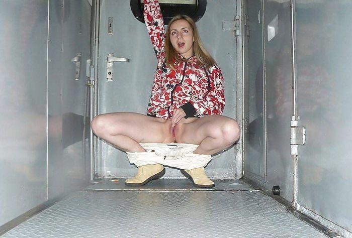 golie-pyanie-devushki-v-tualete