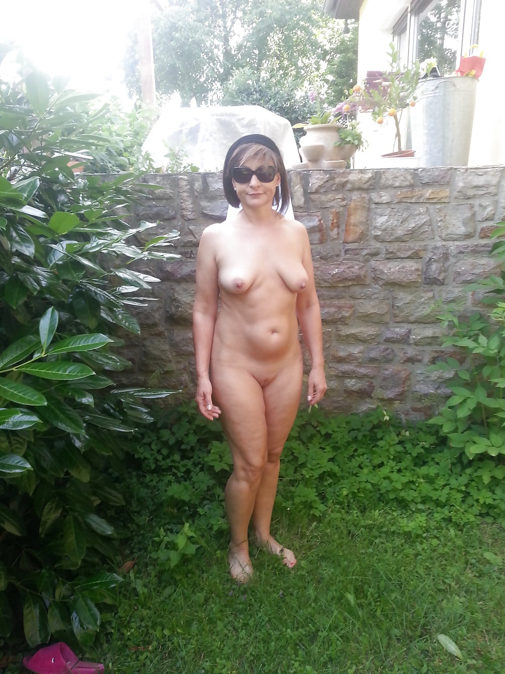 garden-nude-wife-amateur
