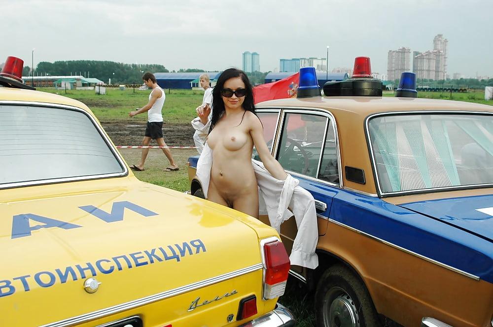 пьяные голые на выставке авто - 5