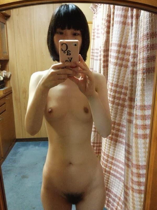 Kleine breasted nackte mädchen