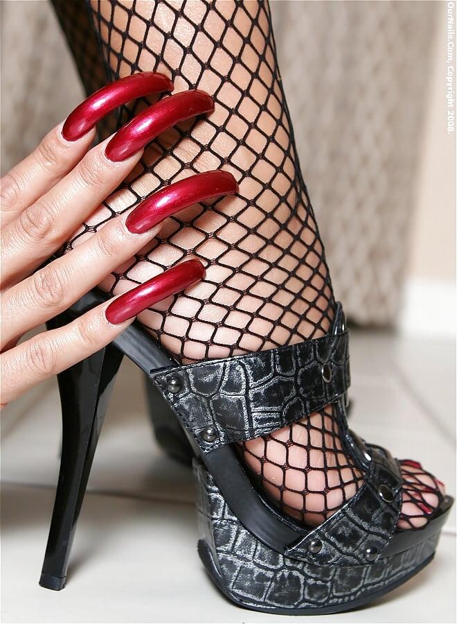 Fetish for long fingernails