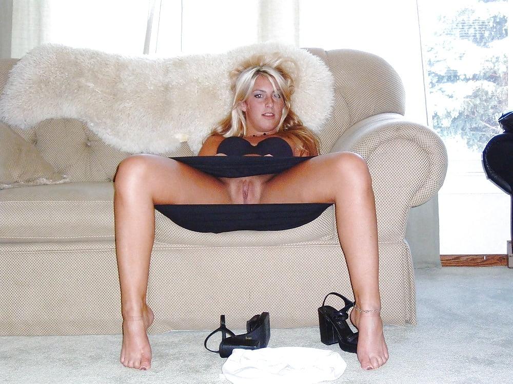 без трусов на диване под юбкой упоением