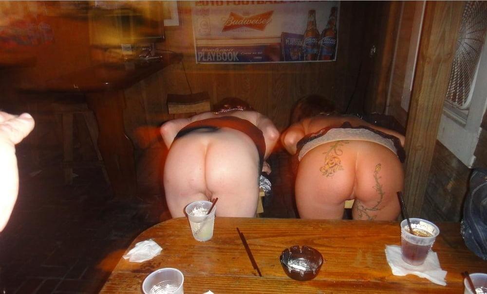 Телки крутят жопами пьянь