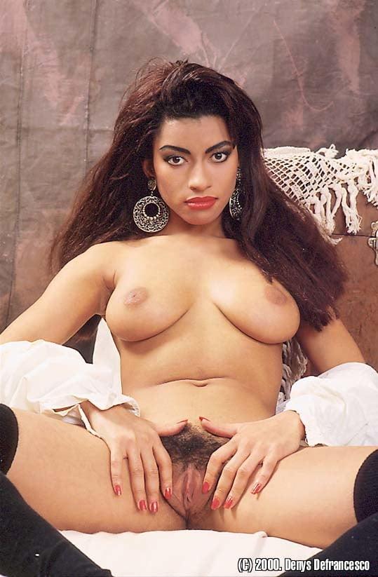 eroticheskaya-aktrisa-dzhuliya-shanel-foto-zashla-popisat-a-tam-chlen