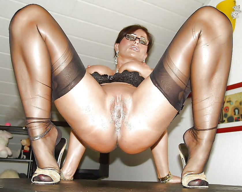 Leggy pinup blonde whore in sheer nude vintage stockings