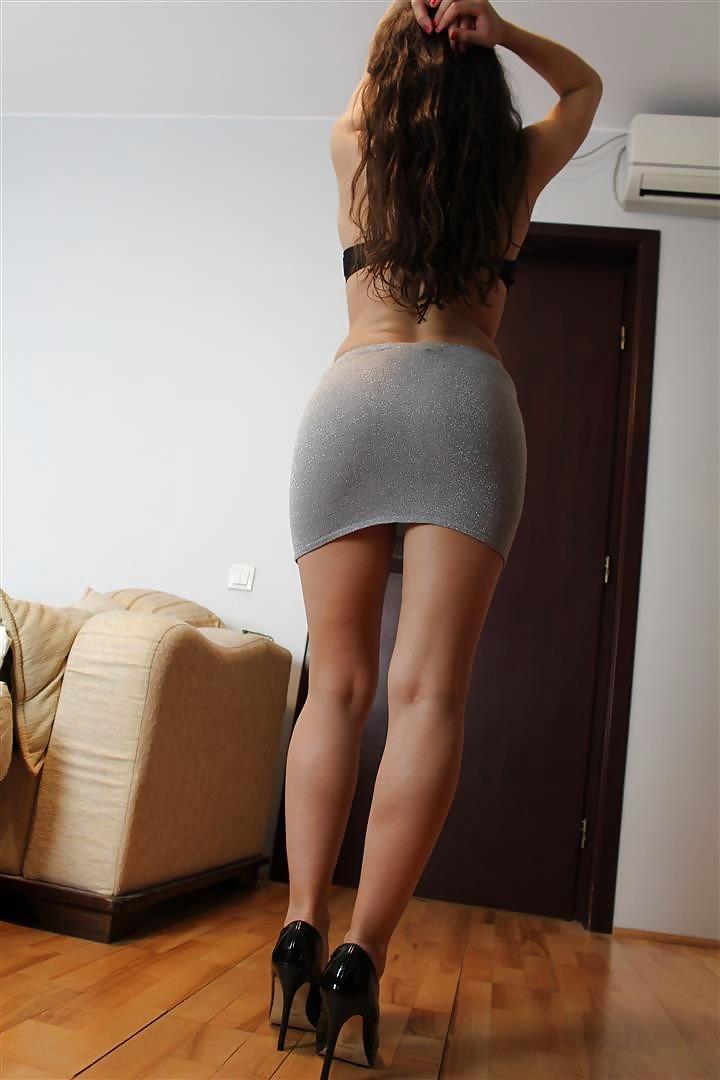 Девушки в юбках облегающих попку 10