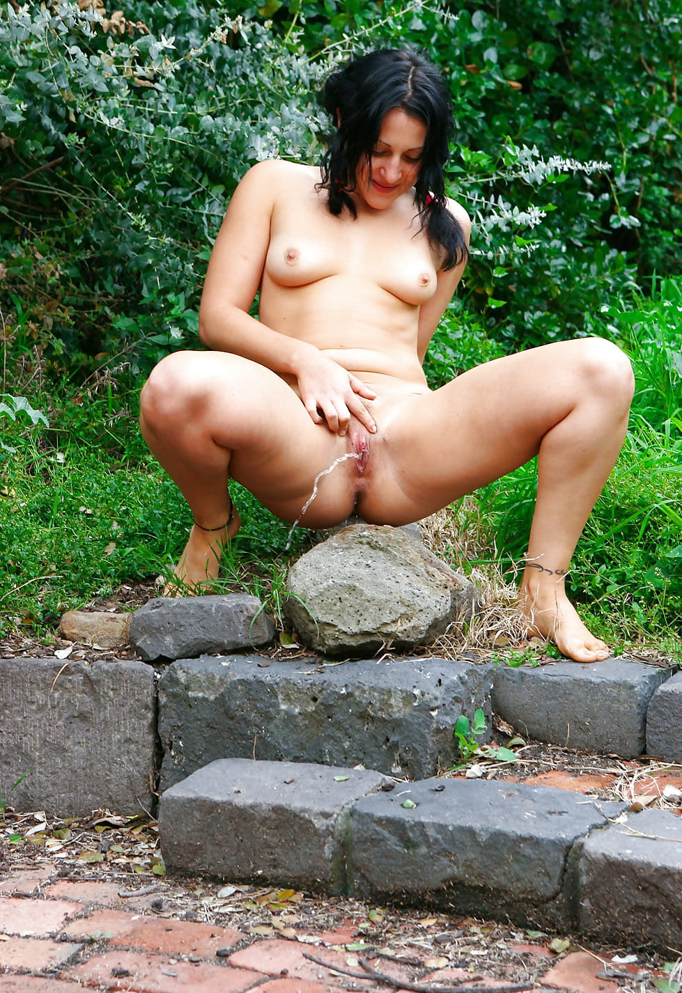 couples-pissing-outdoors-frontal