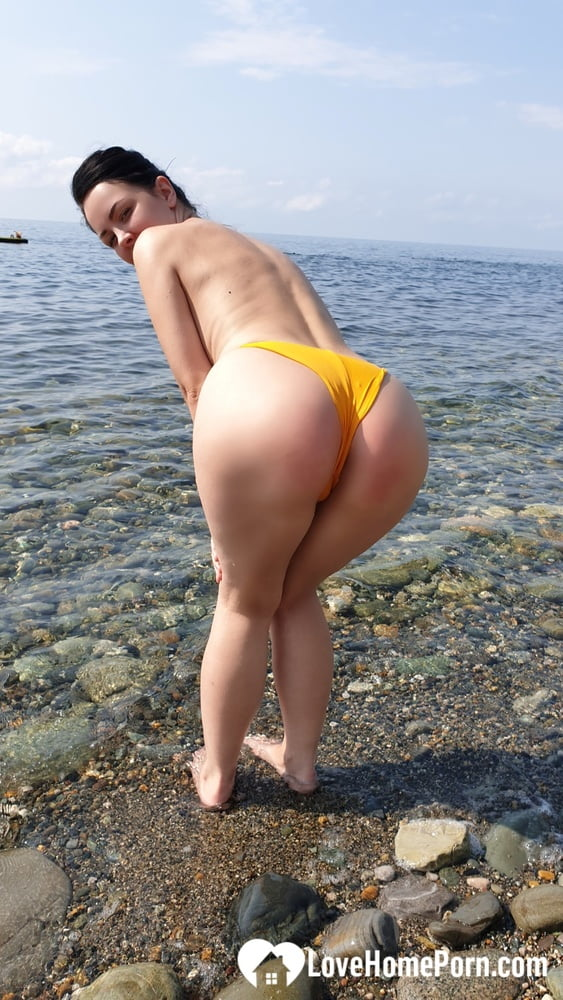 Perfectly shaped babe flaunts her body while swimming - 40 Pics