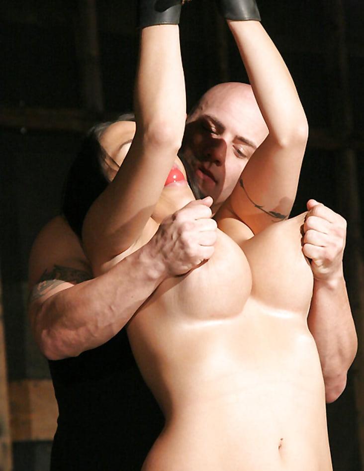 Телепередачи сексе голую бабу трахают и дергают за соски красивые