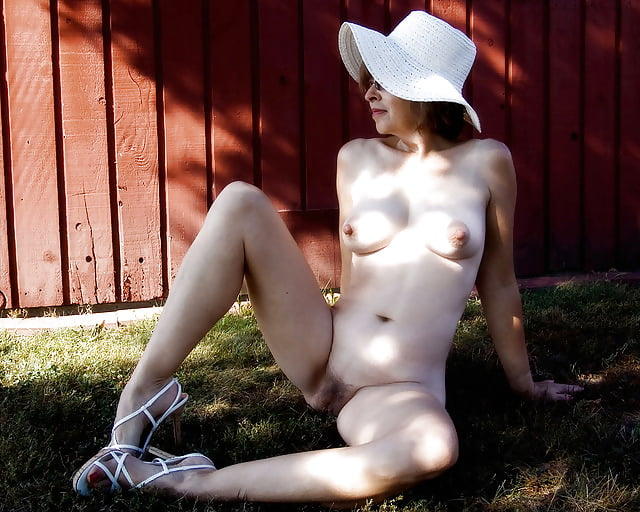 Amateur mature pantyhose pics Super sexy nude housewife michelle martinez polishes a big dick