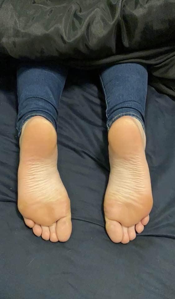 Reddit Cuck's girl's feet and legs (23) - 6 Pics