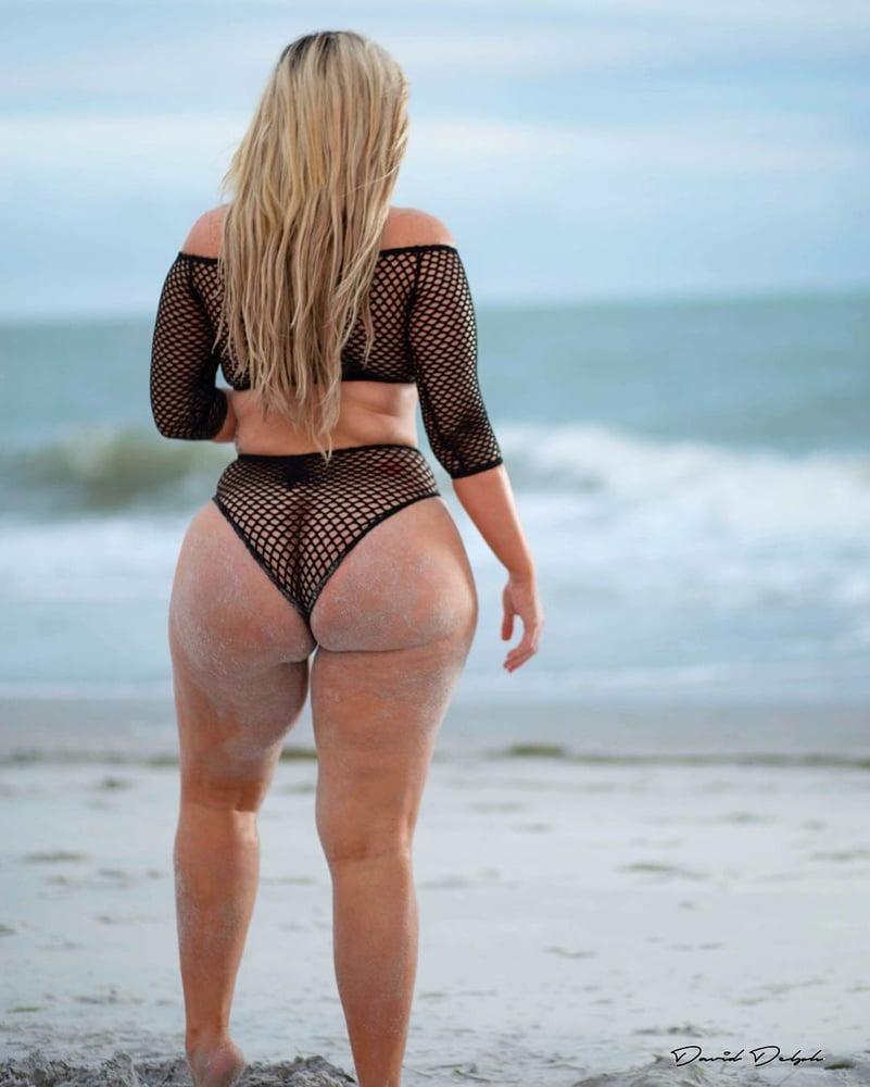 Узкая талия большая попка на пляже фото — 11
