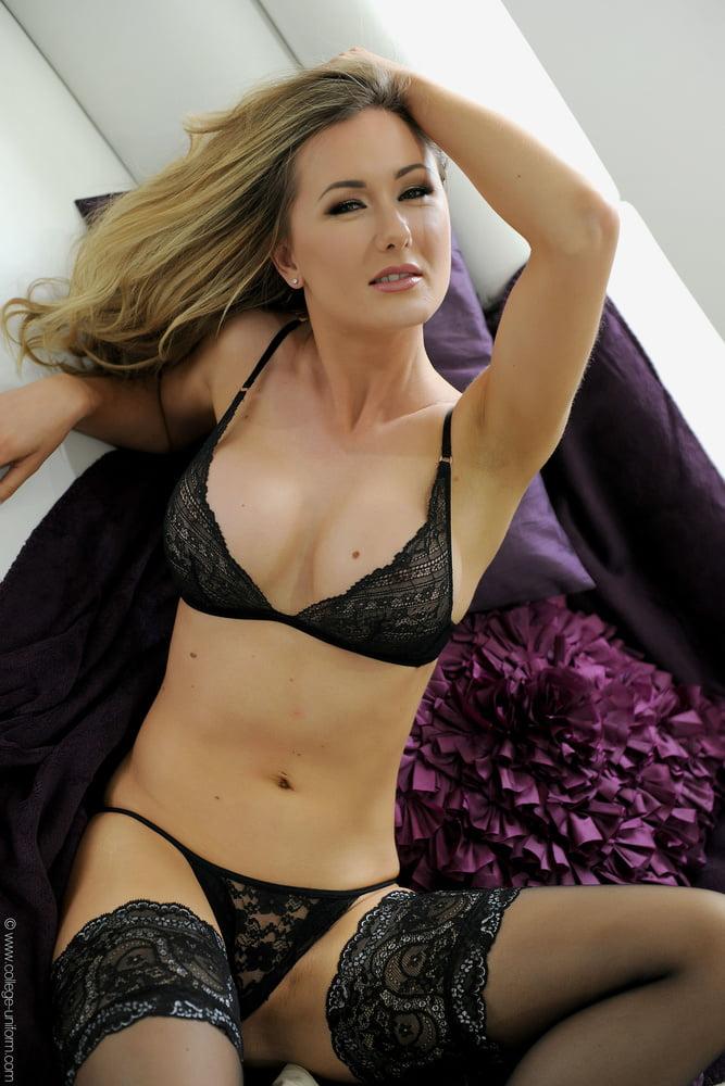 Jolie lingerie d'une blonde - 106 Pics