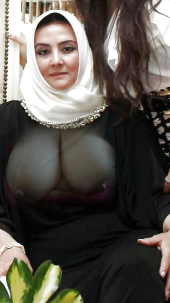Nude muslim arabic girls showing ass and boobs — pic 1
