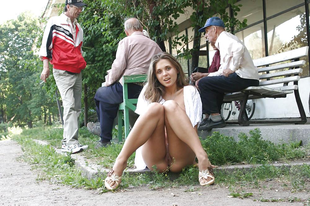 stoit-porno-bez-nizhnego-belya-v-obshestvennom-meste-vozraste-porno-filmah