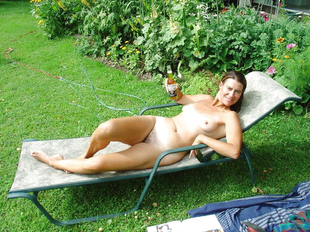 фото голая соседка загорает