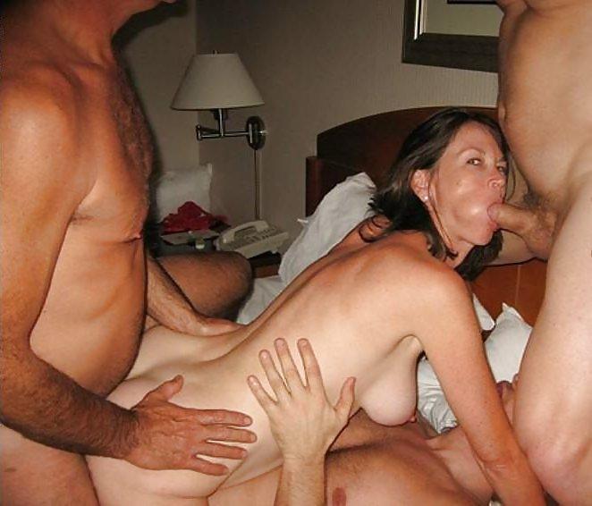 Жена в отеле трахается с тремя друзьями мужа трахаются