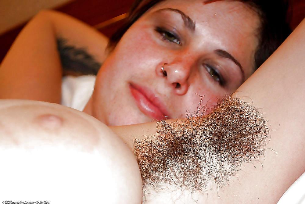 Мужик лижет волосатые подмышки девушке