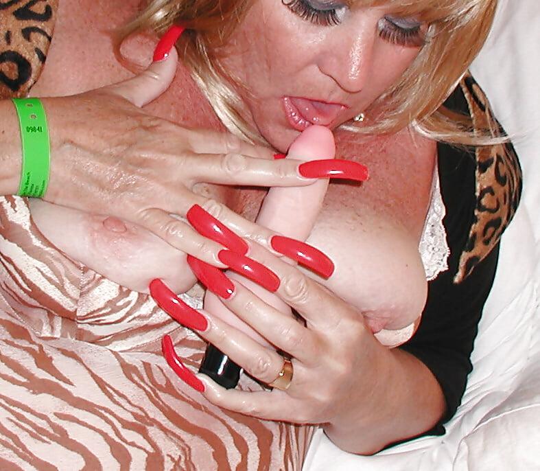 нравилось издеваться, сучка с длинными ногтями себя
