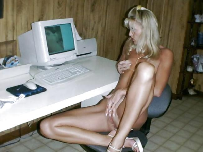 Порно фото дома у компа девушка дрочит — pic 13