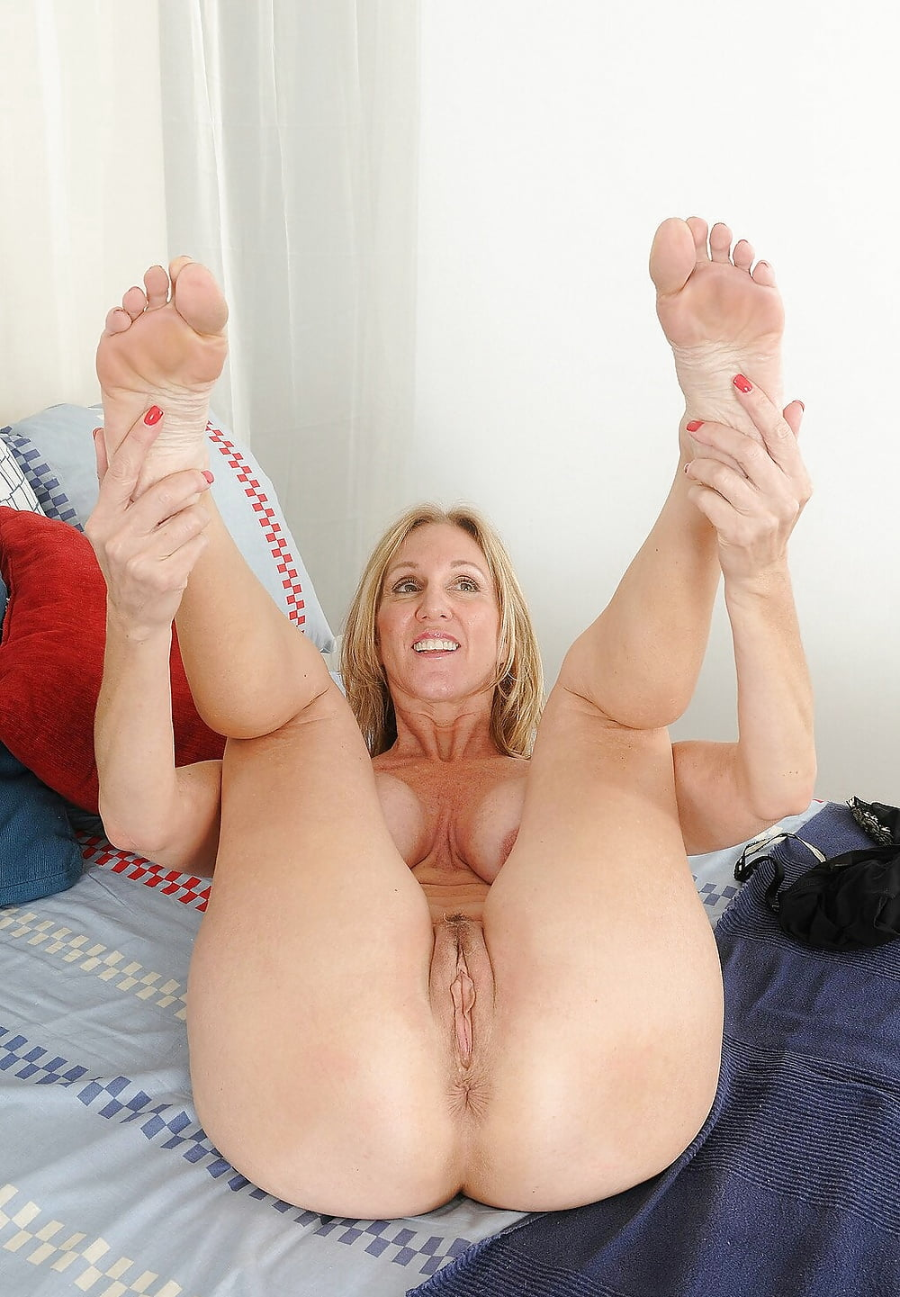 darrian-milf-with-legs-in-air-girl