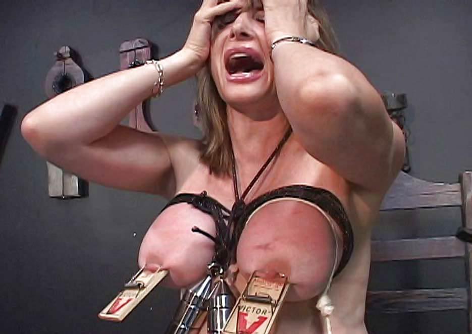 Видео грудь прибили к столу, фото взрослых женщин делающих минет