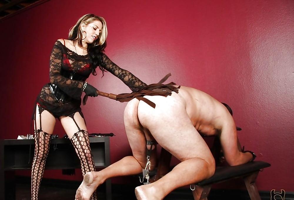 Две садо мазо госпожи трахают раба, трахнул телку в библиотеке видео