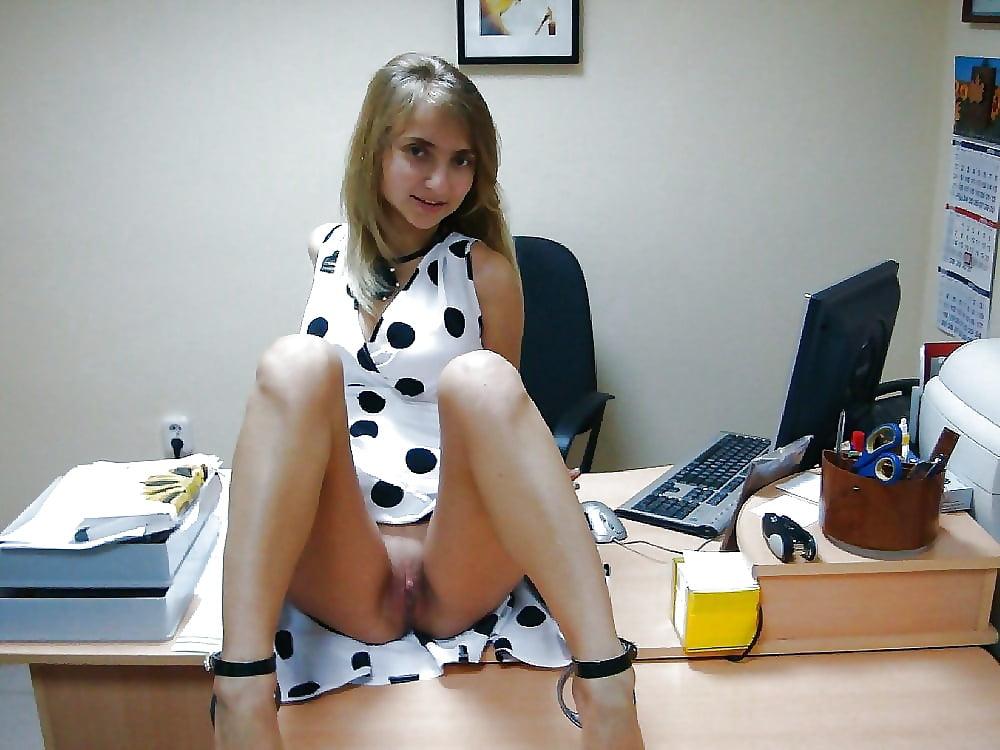 В платье и без трусиков на работе онлайн красивую зрелую