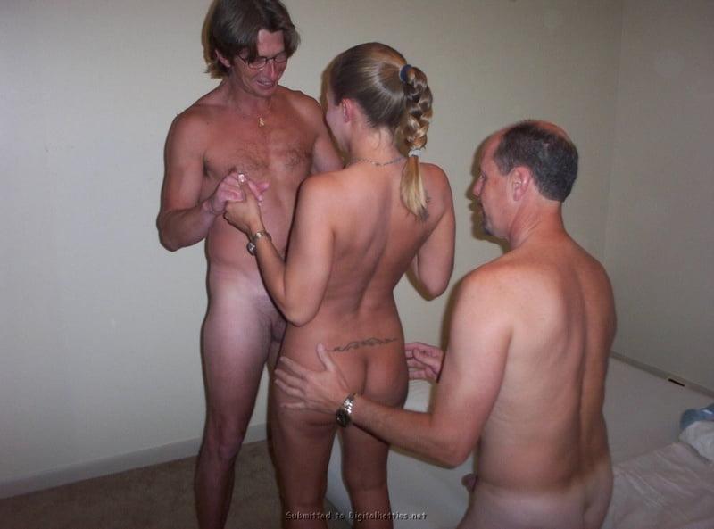 Sexy babes threesome-9343