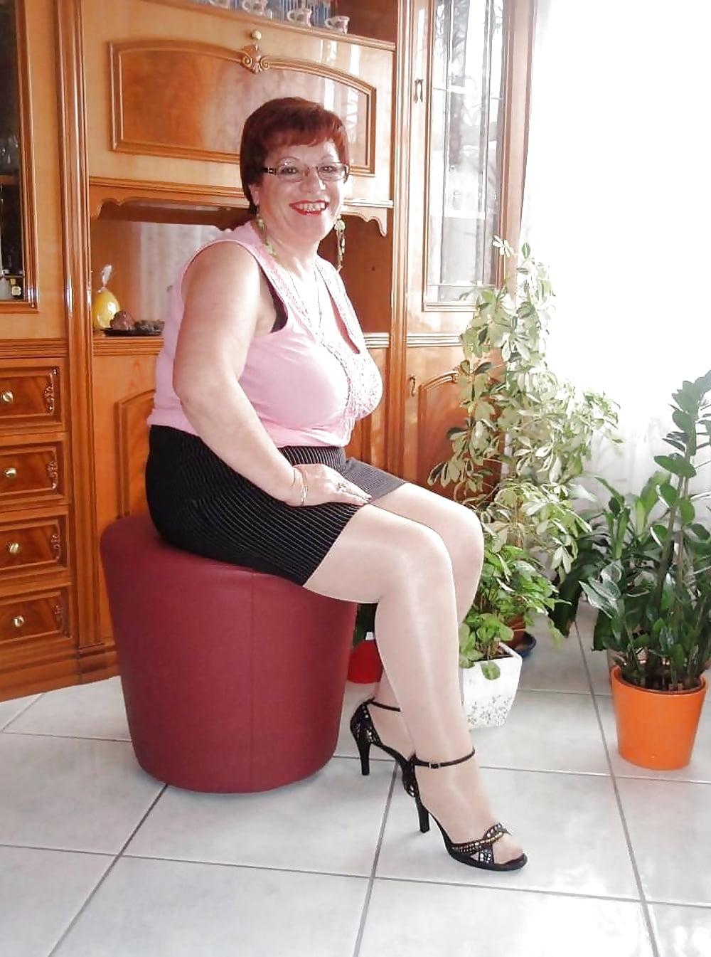 такие фото пожилая толстая тетя в юбке того, актриса призналась