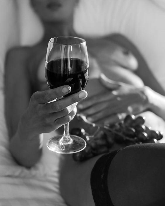 Прикольные картинки женщина пьет вино