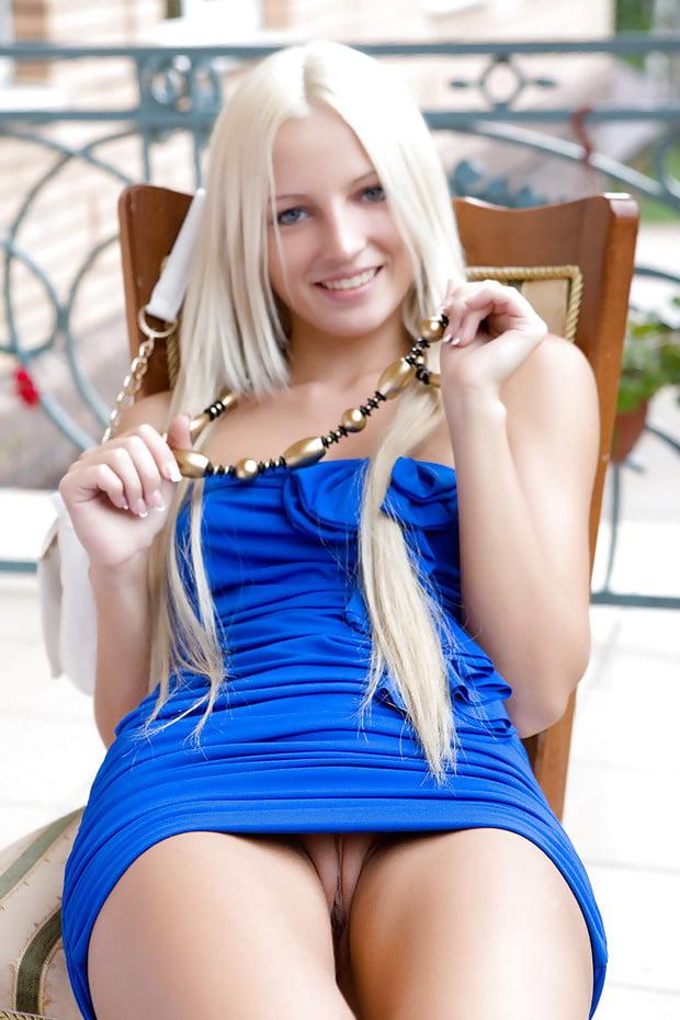 девка в очень коротком платье показывает пизду - 12