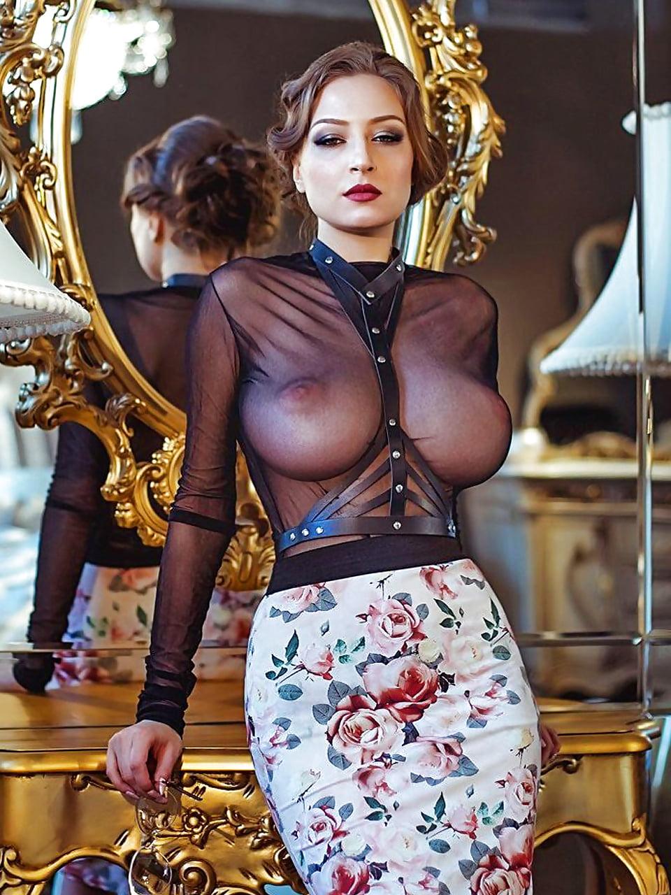 Девки с большими сиськами в прозрачной одежде глядел