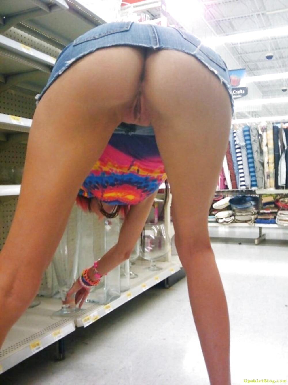 Порно женщина наклонилась в магазине видео