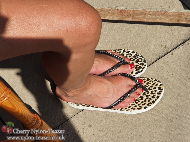 Bare Feet on the Round Table - 34 Pics