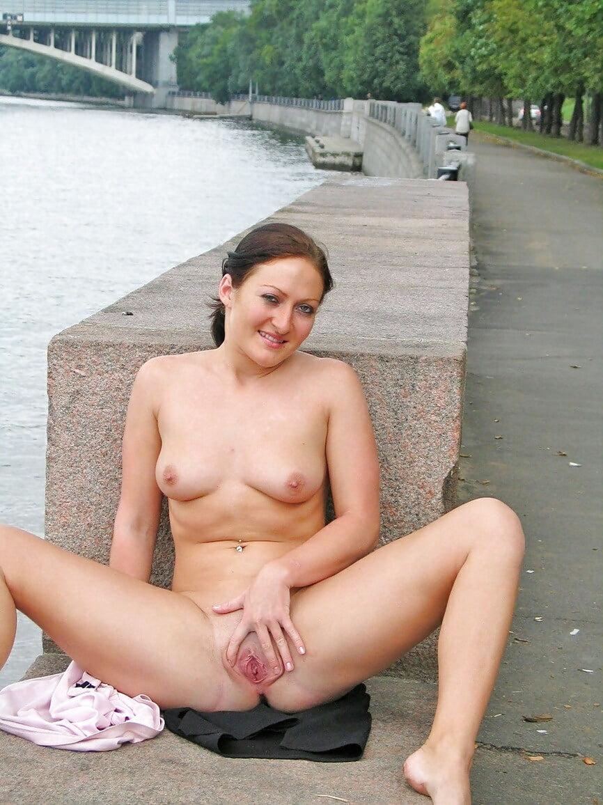 Мастурбирует на улице порно, заглянем под юбки фото