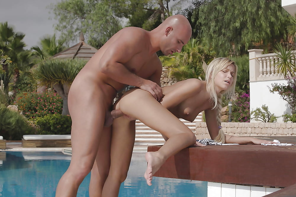 Babe fucked in swimming pool — 5