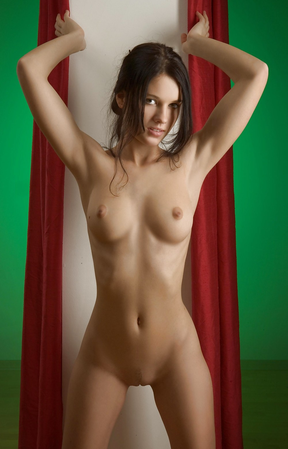 mona-naked-tucci-solo-hot
