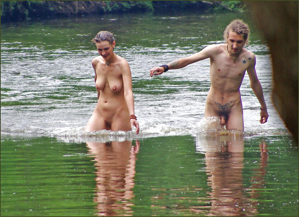 фото парочки голышом на речке бешено