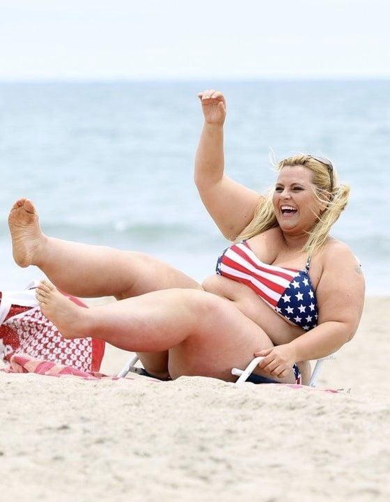 выдернул фото мая толстуха на пляже аккуратная