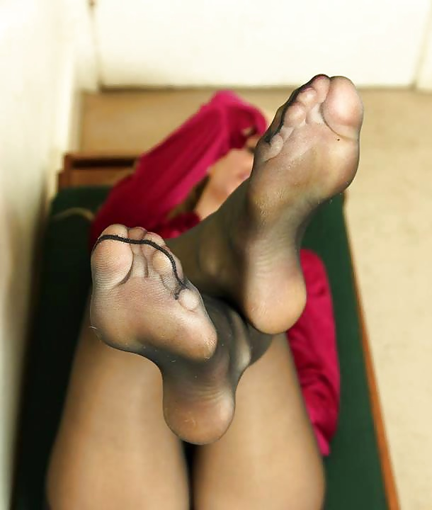 nylon-feet-rubbing-sexy-emo-bikini-girls