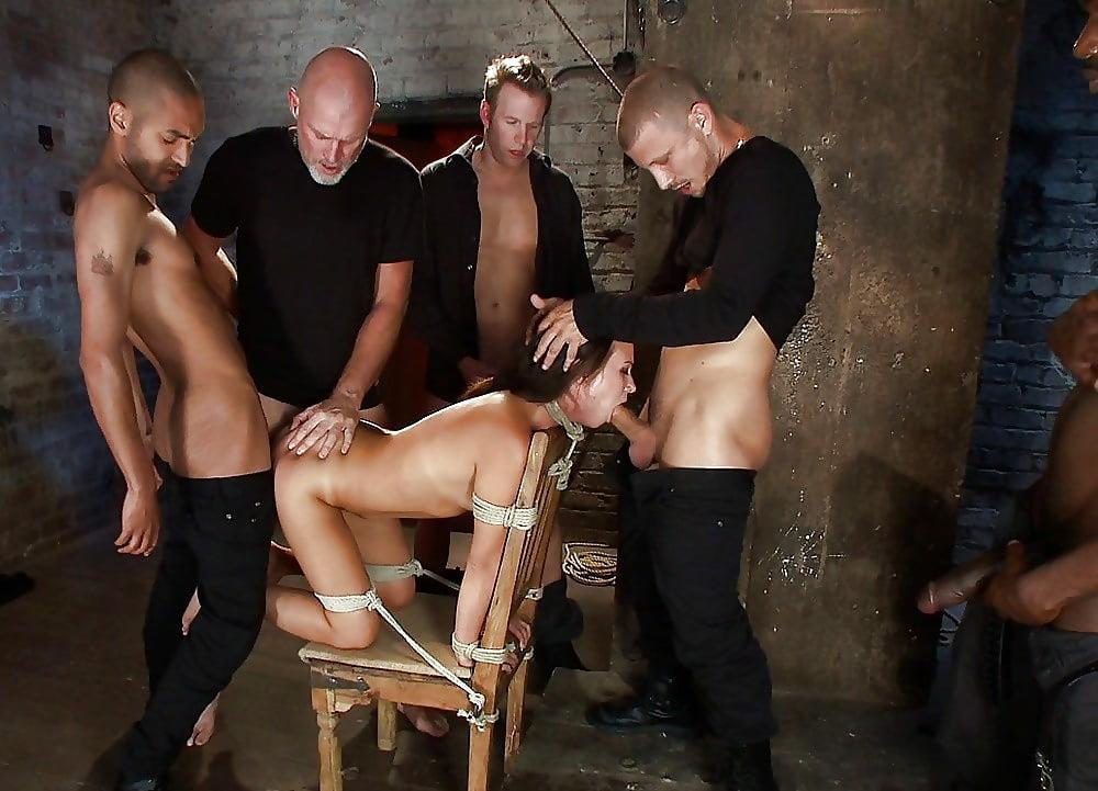 групповой жесткий секс с рабынями с избиением