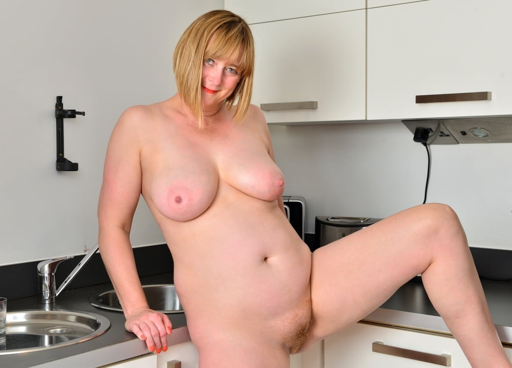 busty-housewife-nude