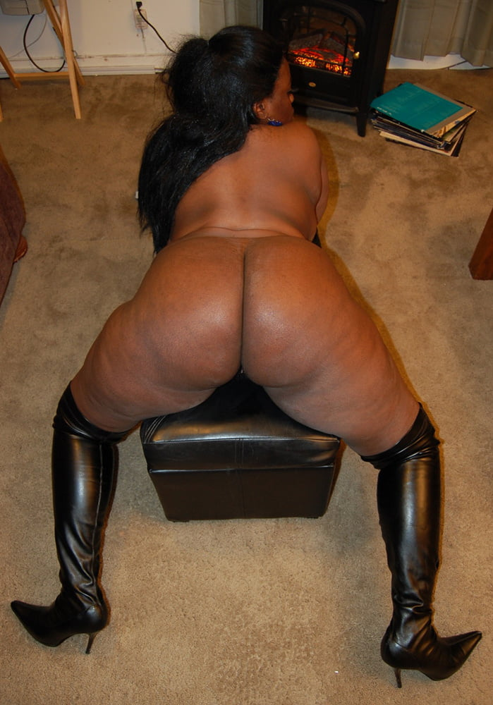 Ebony mature buttcrack