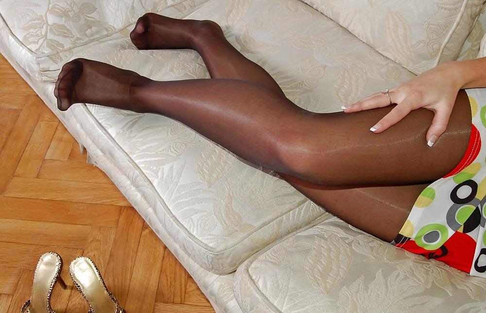 Amateur Woman shows Pantyhosefeet pict gal