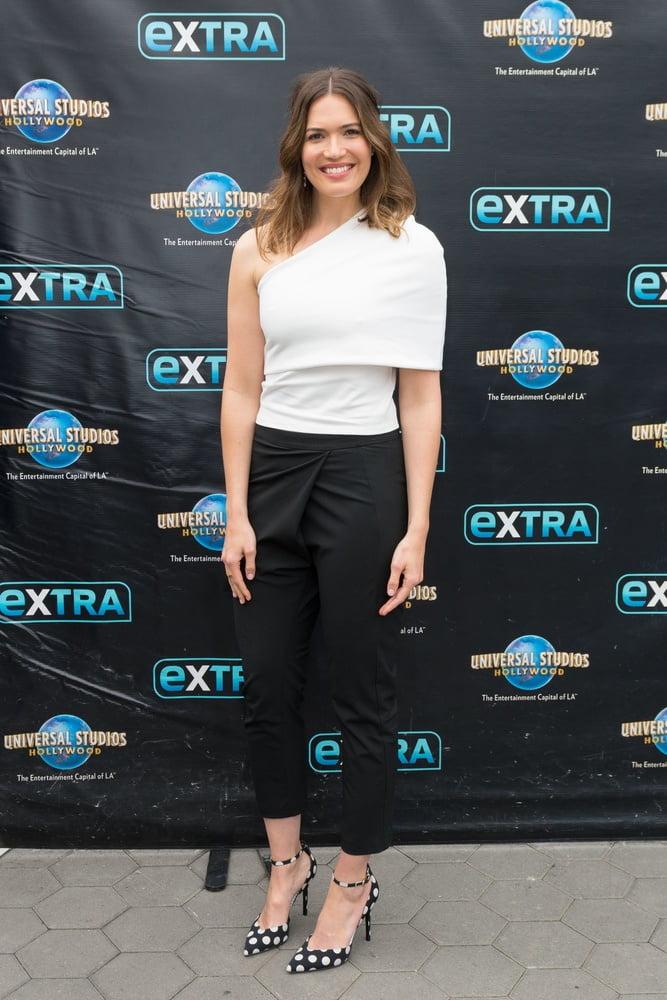 Mandy Moore - Extra (31 May 2017) - 16 Pics