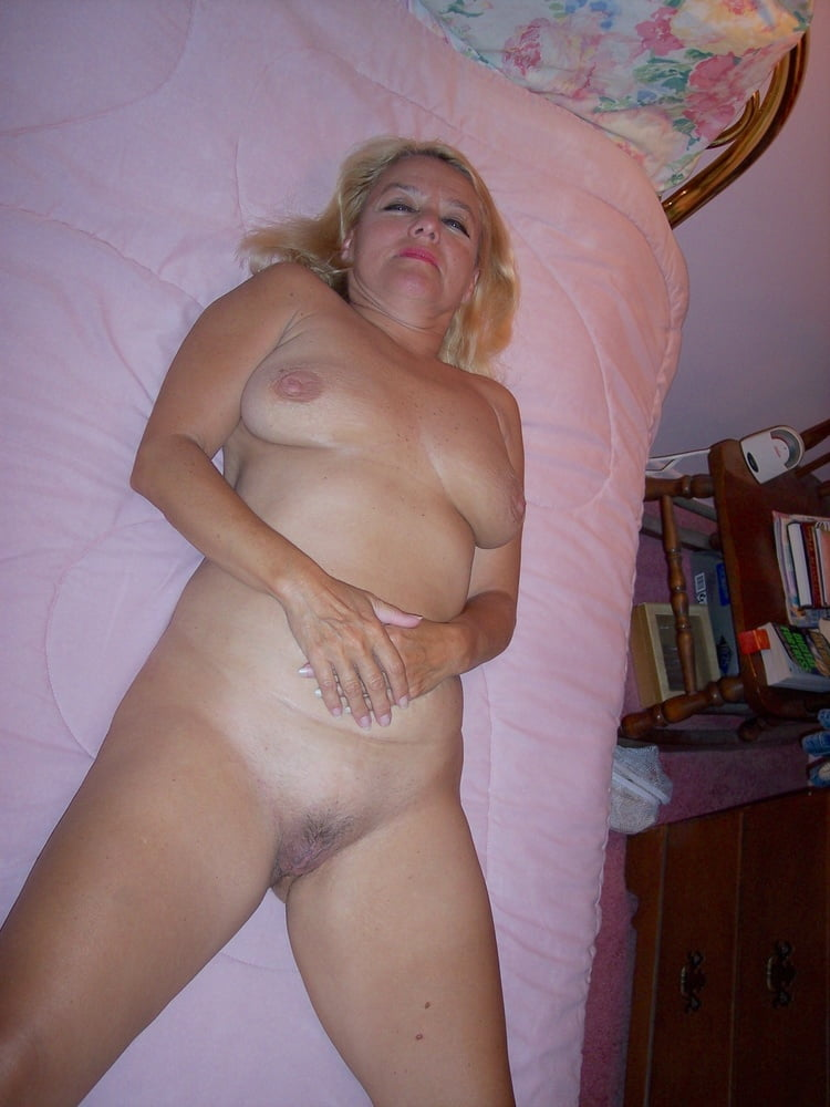 что голые старушки домашнее фото елена чувствовала себя